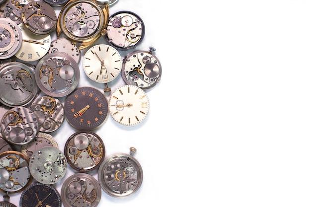 Detalhes de relógios e mecanismos para reparo, restauração e manutenção em branco.