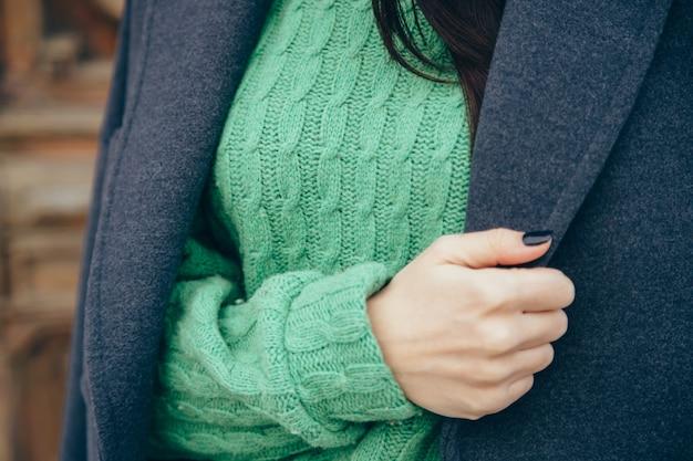Detalhes de roupas femininas. close-up, mão, de, um, mulher, em, um, suéter casaco
