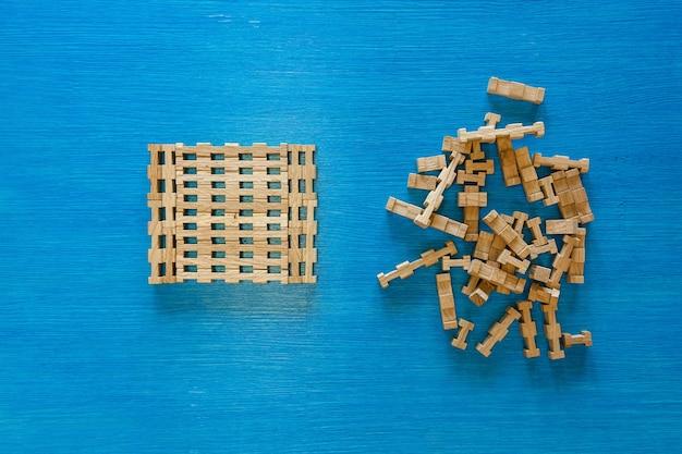 Detalhes de um designer de crianças de madeira em um quebra-cabeça de fundo azul de elementos de madeira