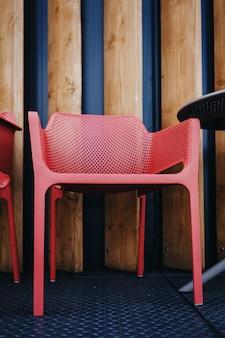 Detalhes de um pequeno café ao ar livre. apenas cadeiras vazias