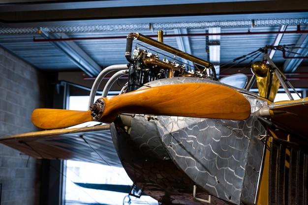 Detalhes de uma aeronave rara com uma hélice de madeira.