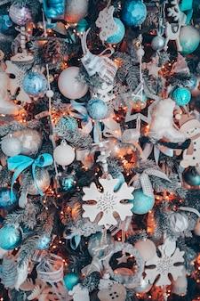 Detalhes de uma árvore de natal decorada em tons suaves de rosa e turquesa