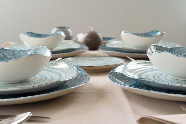 Detalhes de uma mesa elegante com pratos de cerâmica texturizados