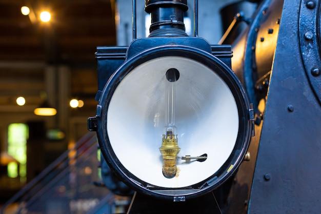 Detalhes de uma rara locomotiva a vapor no museu. iluminação spotlight