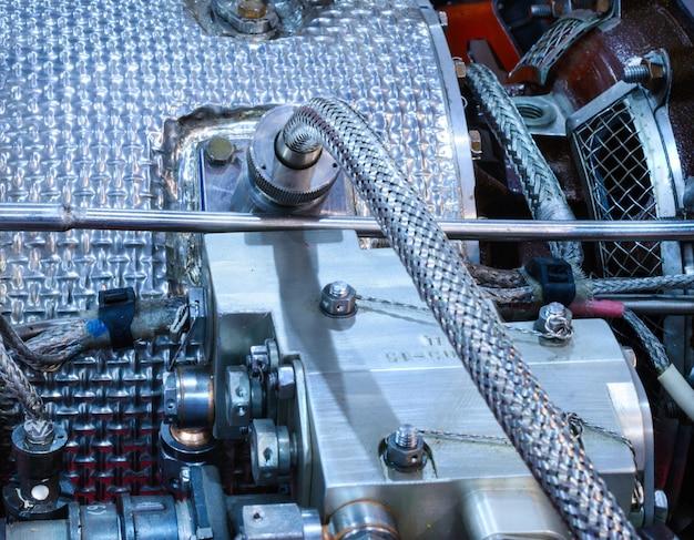 Detalhes do antigo motor de aeronave. tubos de conexão de porcas, bicos, isolamento de câmara de combustão.
