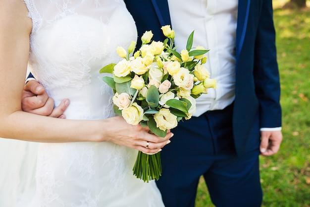 Detalhes do casal casamento. sem rosto, apenas corpo e mãos.