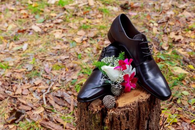 Detalhes do casamento. acessórios do noivo. sapatos, anéis, cinto e gravata borboleta