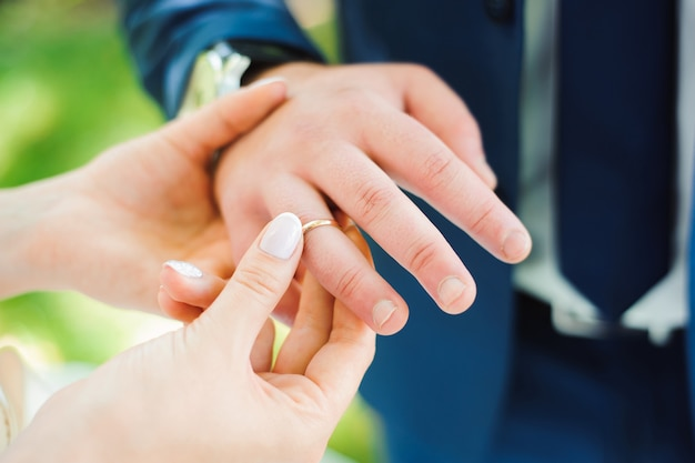 Detalhes do casamento - alianças de casamento como símbolo da felicidade
