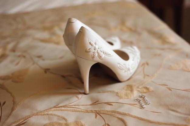 Detalhes do casamento da noiva - sapatos de casamento como um backgrond