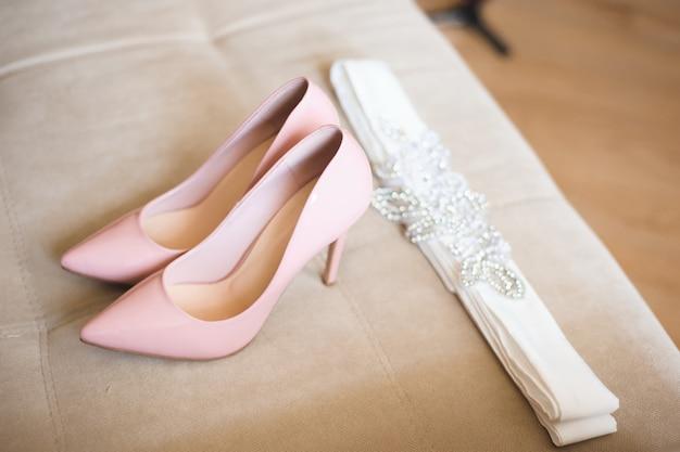 Detalhes do casamento da noiva, sapatos de casamento
