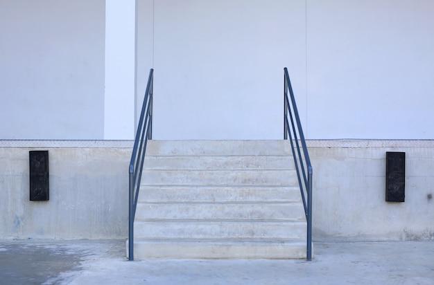 Detalhes do close-up de escadas e trilhos de um edifício.