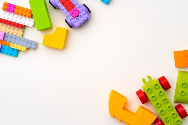 Detalhes do construtor de plástico infantil em fundo branco