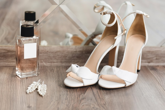 Detalhes do dia do casamento. sapatos de noiva em uma vista superior de fundo claro