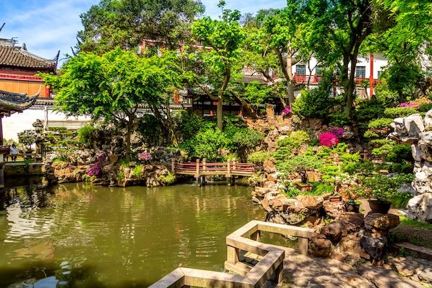 Detalhes do histórico jardim yuyuan durante o dia ensolarado de verão em xangai, china