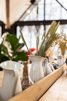 Detalhes do interior de um café moderno ou cafeteria com espigas de trigo em um vaso