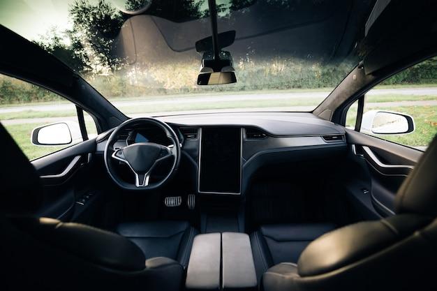 Detalhes do interior do carro elétrico da maçaneta da porta com controles e ajustes das janelas
