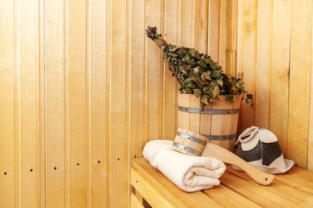 Detalhes do interior sauna finlandesa a vapor com acessórios tradicionais de sauna