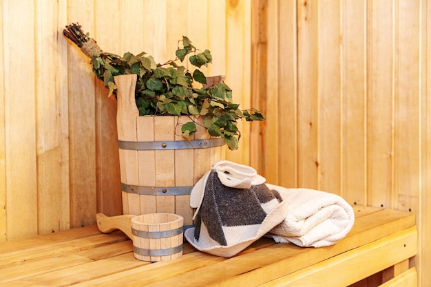 Detalhes do interior sauna finlandesa sauna a vapor com acessórios tradicionais de sauna