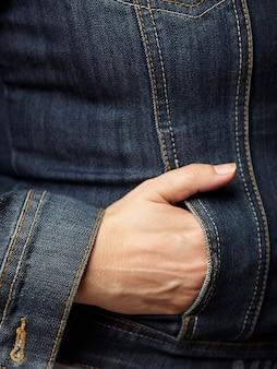 Detalhes do modelo vestindo jaqueta jeans azul