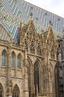 Detalhes do telhado e da torre da igreja de st stephansdom - st stephans. viena, áustria.