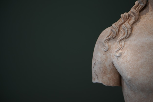 Detalhes dos objetos encontrados no antigo sítio arqueológico de messene