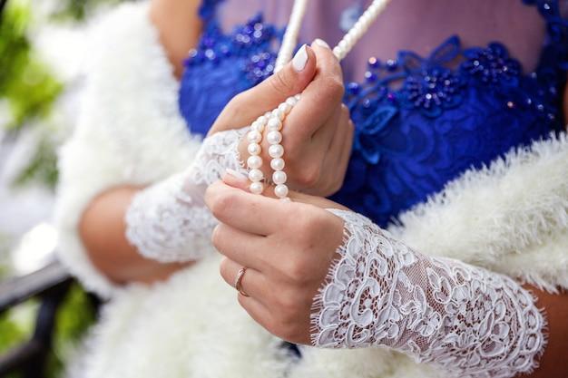 Detalhes e acessórios do casamento. noiva colar