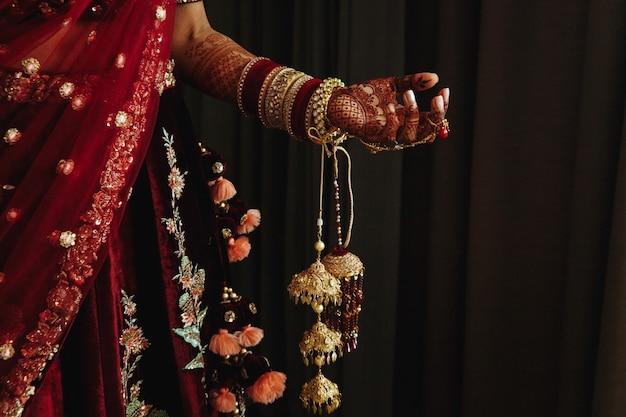 Detalhes e parte da roupa indiana tradicional das mulheres do casamento