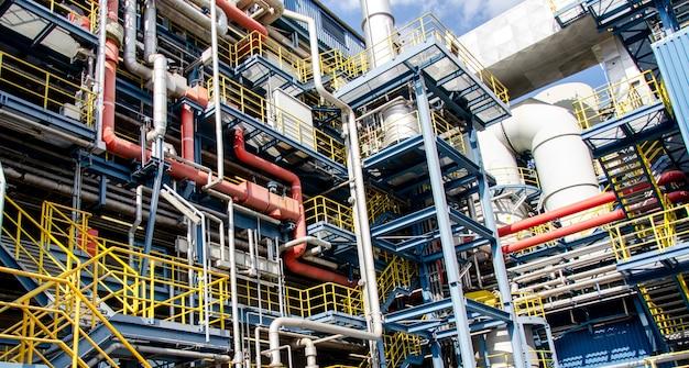 Detalhes e tubulações de uma planta industrial de incineração de lixo municipal