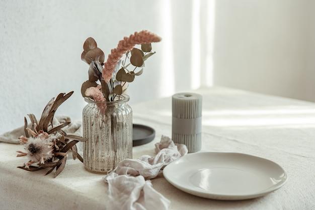 Detalhes elegantes da decoração interior no contexto de uma parede branca com raios de sol.