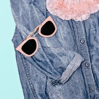 Detalhes elegantes óculos de sol rosa da moda camisa jeans olhar criativo nos detalhes