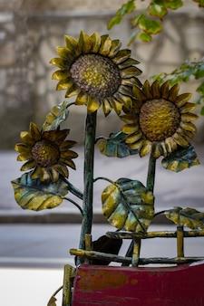 Detalhes, estrutura e ornamentos de portão de ferro forjado. ornamen decorativo com flores de metal.
