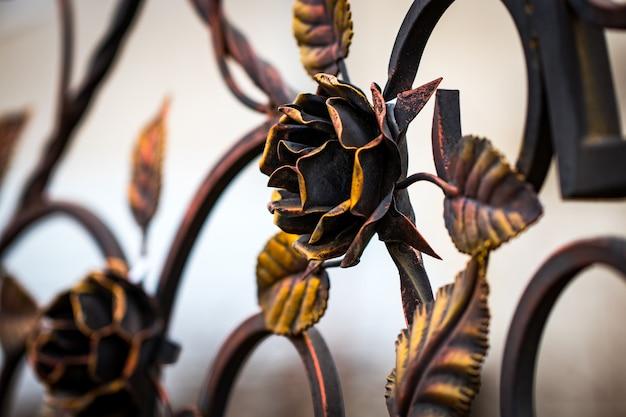 Detalhes, estrutura e ornamentos de portão de ferro forjado. ornamen decorativo com rosas, em metal.