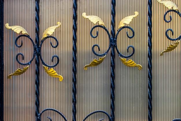 Detalhes, estrutura e ornamentos de portão de ferro forjado. ornamento decorativo floral, feito de metal. padrão metálico vintage. elementos decorativos como pano de fundo.