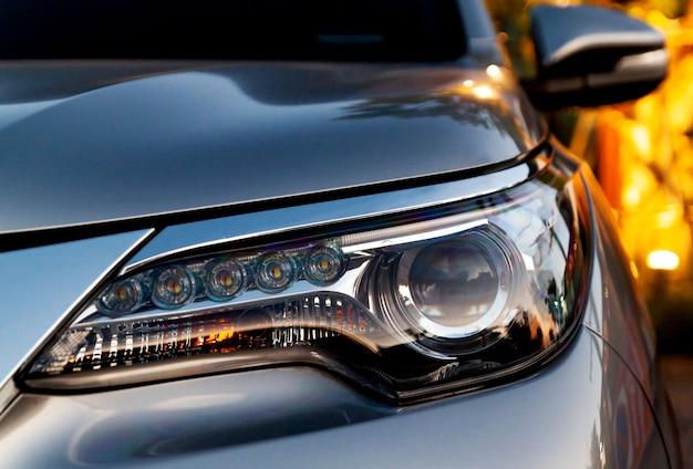 Detalhes exteriores do carro. feche acima dos faróis do diodo emissor de luz do detalhe em um carro moderno.