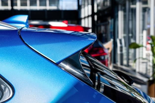 Detalhes exteriores do carro suv azul