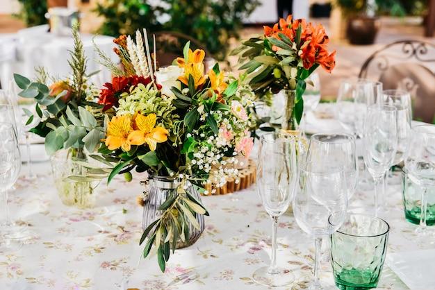 Detalhes florais da peça central de um restaurante de casamento em estilo retro.