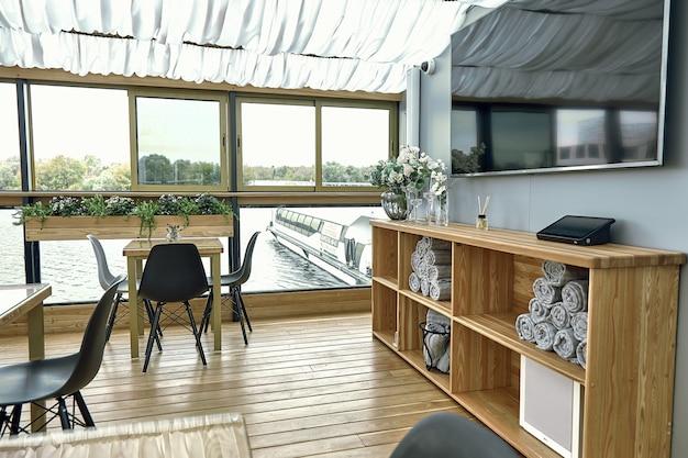 Detalhes interiores de restaurante no navio. conceito de design de interiores de um restaurante em um navio
