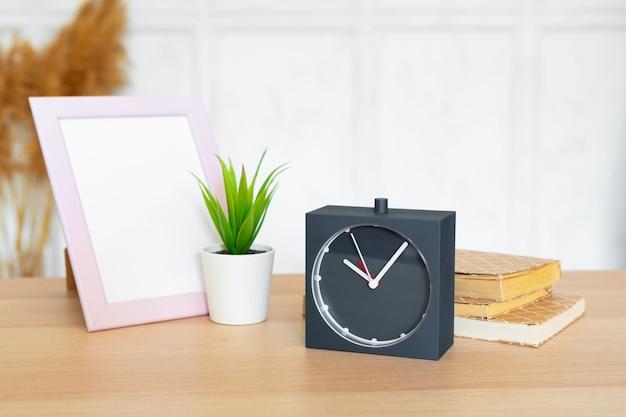Detalhes interiores do escritório com itens de despertador e artigos de papelaria