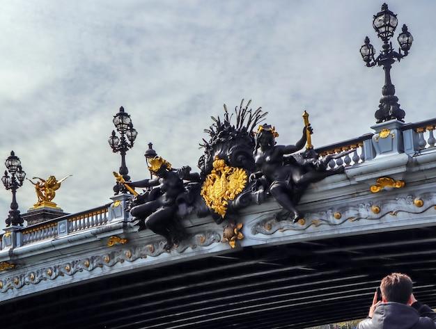 Detalhes maravilhosos da ponte histórica pont alexandre iii sobre o rio sena em paris, frança, vista