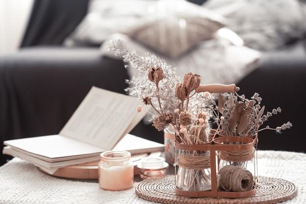 Detalhes naturezas mortas da sala de estar nórdica com sofá preto e decoração na sala de estar.