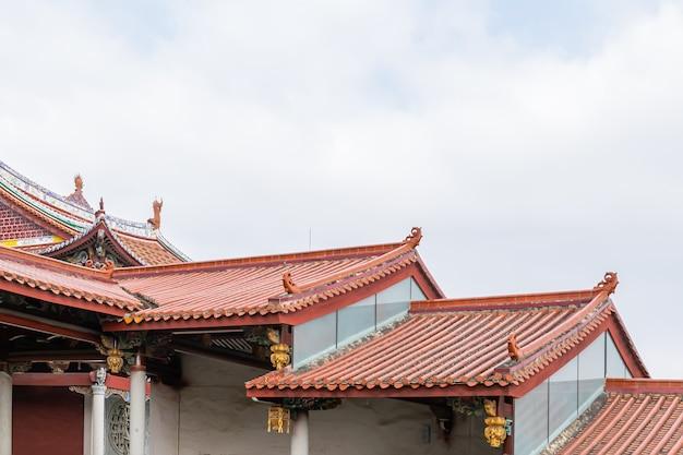 Detalhes, portas e janelas, beirais e cantos na arquitetura budista chinesa tradicional Foto Premium