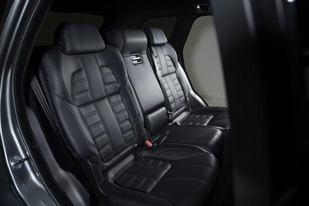 Detalhes pretos do interior de um carro moderno de luxo