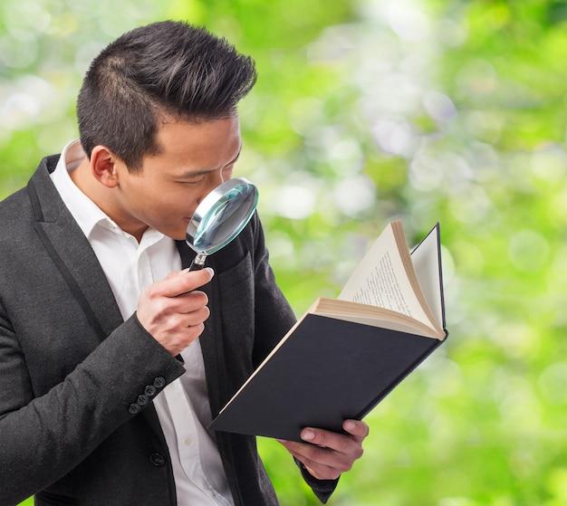 Detective lê um livro com uma lupa