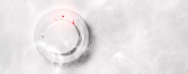 Detector de fumaça de alarme de incêndio em ação