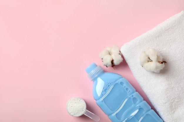 Detergente, colher com pó, toalha e algodão em rosa
