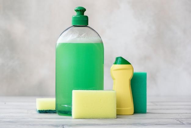 Detergente de cozinha, detergente em pó e esponja