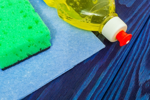 Detergente líquido com almofada e toalha para limpeza