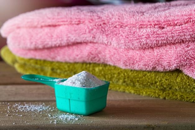 Detergente ou detergente em pó na colher de medida