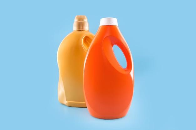 Detergente para lavagem em frascos isolados sobre fundo azul.
