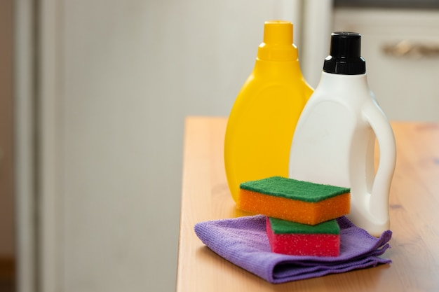Detergentes de limpeza e ferramentas em um balcão de cozinha close-up